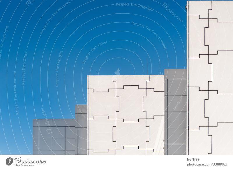 abstraktes Fassadenmuster gegen tiefblauen Himmel Fassadenverkleidung Moderne Architektur Urbanisierung Muster modern Detailaufnahme Gebäude Blauer Himmel