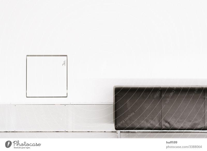 minimalistische Komposition von Sofa und Wand Architektur Quadrat Stuhl Innenaufnahme Menschenleer Licht klassischer Stil Raumeindruck ästhetisch nobel einfach
