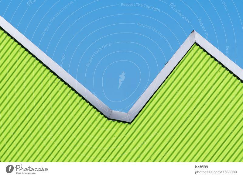 grün gestreifte und gerahmte Dreiecksfassade vor blauem Himmel Fassadenbegrünung minimalistischer Hintergrund minimalistisches Muster Farbfoto Design