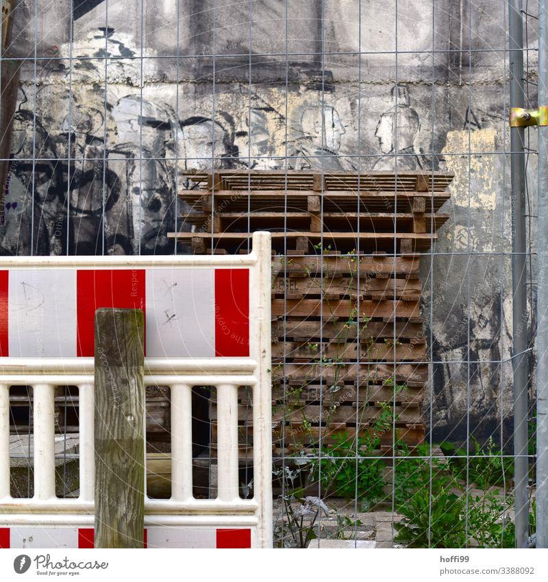 Baustellenstillleben mit Graffiti Verkehrsstau Tiefbau Fahrbahn Straßenbau komplex Mobilität Verkehrswege Baumaschine Werkzeug dreckig Schilder & Markierungen