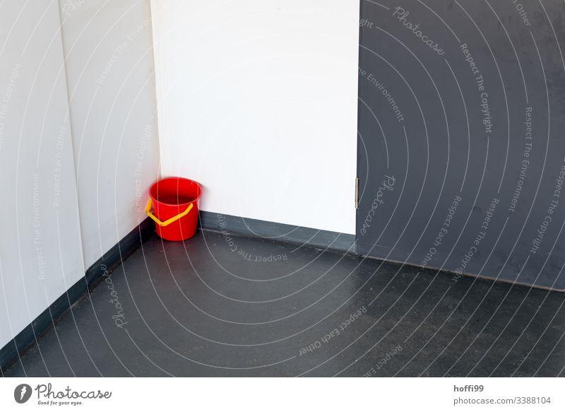 roter Eimer in der Ecke Gebäude PVC Haushalt Dienstleistungsgewerbe Haushaltsgerät Saubermann Reinlichkeit Sauberkeit ästhetisch Reinigen