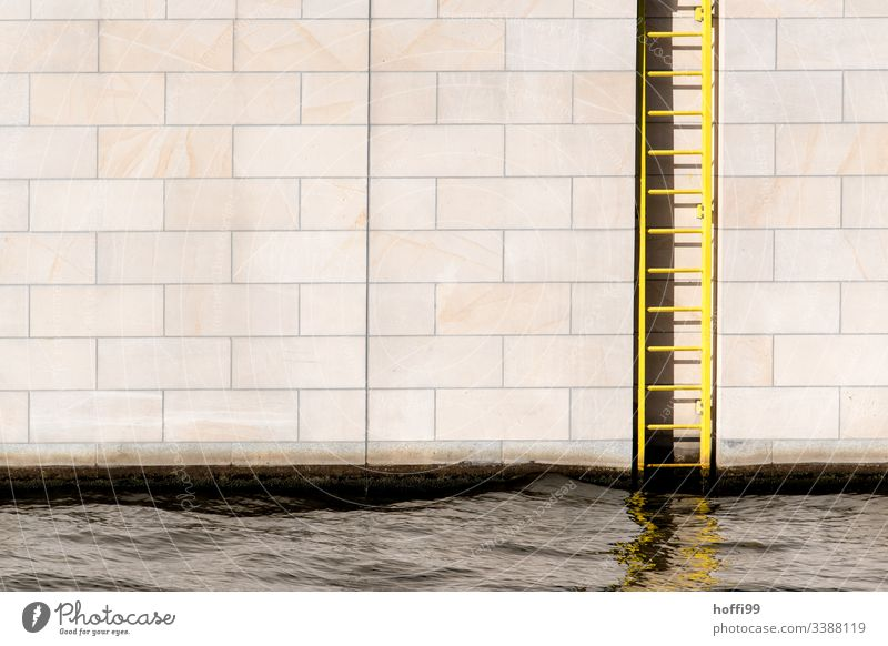 Sandstein Mauer am Fluß mit Stahlleiter Wand Baustein minimalistisch Stufenordnung stufen Treppe Treppenansatz Steinwand Ordnung Linien Muster Menschenleer