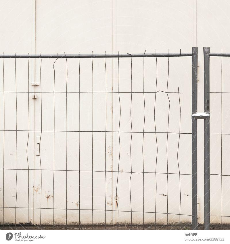 Absperrgitter mit Deformation Strukturen & Formen Absperrung Baustelle gitterzaun Schutz Zaun Gitter Dienstleistungsgewerbe Konstruktion Reparatur Straßenbau