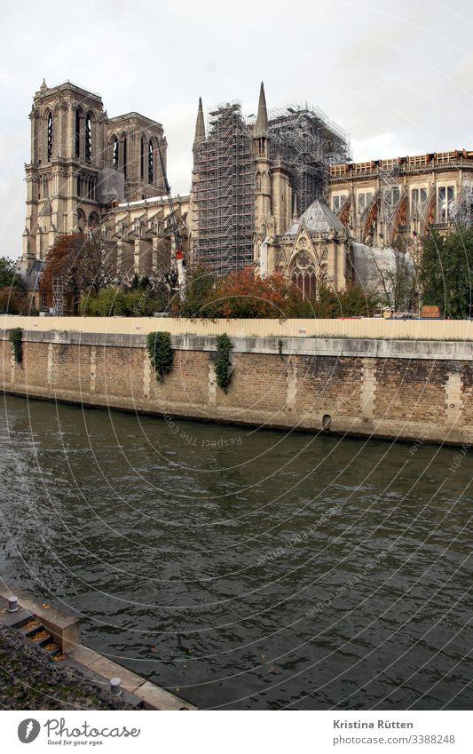 notre-dame mit gerüst notre-dame de paris notre dame kathedrale historisch gotisch architektur großbrand verbrannt zerstört brandschäden beschädigt dachstuhl