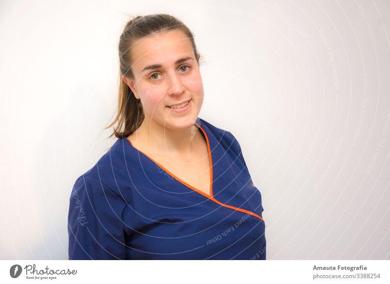 Lächelnde Ärztin mit blauer Uniform Arzt Frau Krankenhaus Gesundheit Wissenschaften Spritze Arbeit & Erwerbstätigkeit Prüfung & Examen Medikament Labor