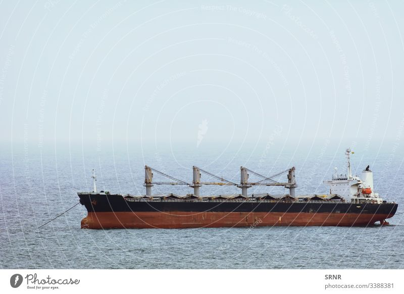Massengutfrachter-Schiff Anchorage aqua Aquatorium Schwarzes Meer Boot Bulker Frachtschiff Cloud Steuerkabine Deck-Kabine Deckhaus Trockenfrachtschiff Nebel