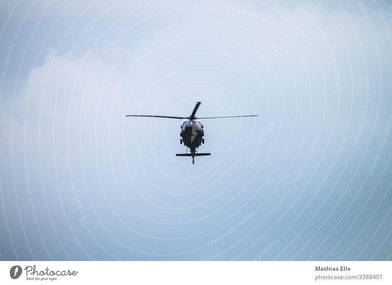 Militärhubschrauber Hubschrauber Luftverkehr Himmel horizontal Klarer Himmel Europa Chopper heli blau übungsflug tiefflug Schatten Schweben Flughafen fliegen