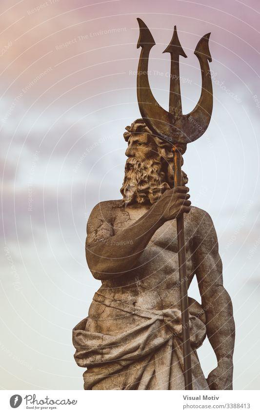 Skulptur von Neptun mit Dreizack unter dem Sonnenuntergangshimmel Bildhauerei Statue niemand Silhouette Wunder Meisterwerk Originalität Stil Kunstwerk alt