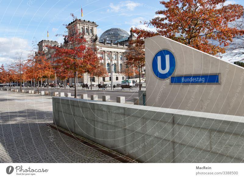 U-Bahn zum Bundestag Underground Untergrund Station Haltestelle Reichstag Berlin Deutschland Niemand Textfreiraum Himmel Blau Wolkenformation