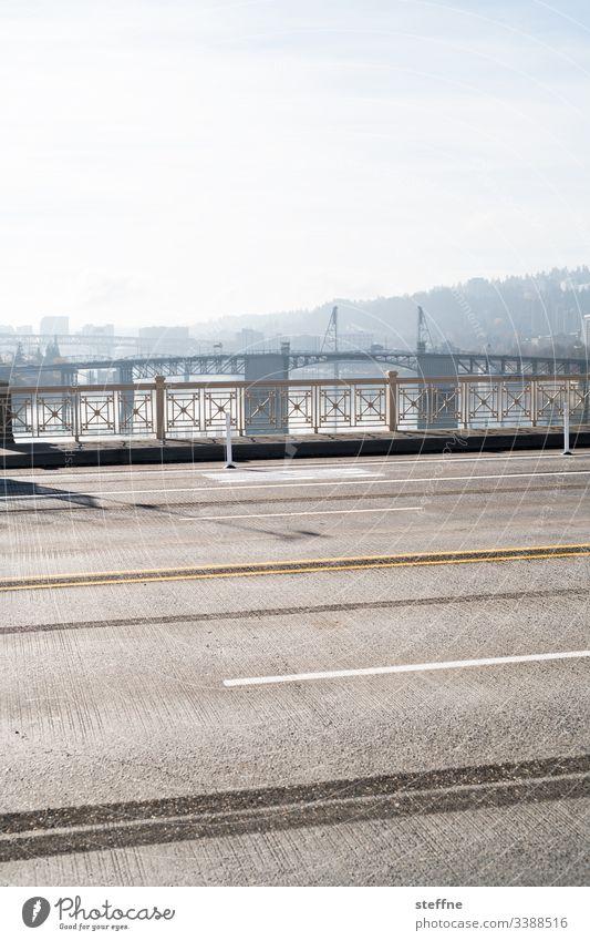 Grafische Darstellung einer Fahrbahn auf Bruecke Straße Verkehrswege Straßenmarkierung Markierungslinie grafisch Außenaufnahme Asphalt grau Tag
