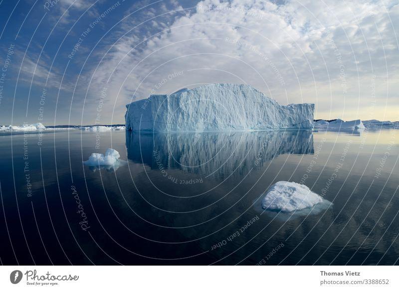 Eisberg in der Disco Bucht mit Spiegelung WasserSpiegelung Natur Außenaufnahme Gletscher Umwelt Landschaft Klima Ferien & Urlaub & Reisen Antarktis Meer Arktis