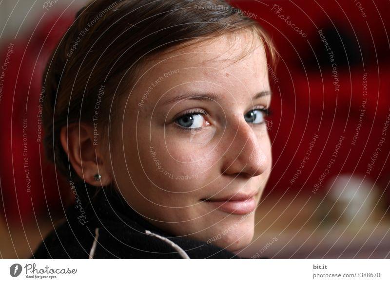 Gesicht im Licht Mädchen Junge Frau teenager Jugendliche Kind Porträt Lächeln Gesichtsausdruck Lichterscheinung Lichteinfall Lichtschein Glück schön Freude