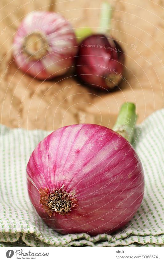 Zwiebeln und Knoblauch liegen als Dekoration und Zutat, auf Stoff und Papier in der Küche. Gesundheit Gesunde Ernährung gesund Lebensmittel Gemüse