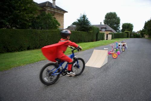 Junge fährt mit dem Fahrrad zur Rampe Aktion Adrenalin Abenteuer Radfahren Biker verschwommen verschwommene Bewegung bmx Kind Kindheit Konzept Zyklus Gefahr