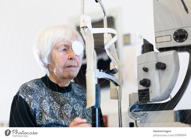 Ältere Frau, die nach einem laserchirurgischen Eingriff in der Augenklinik eine Augenbahn trägt. Laser Ophthalmologie Sicht Senior Chirurgie optisch Sehvermögen