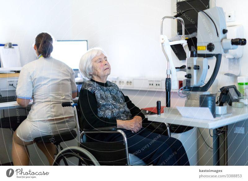 Ältere Frau, die in der Augenklinik auf eine Laseroperation vorbereitet wird. Ophthalmologie Sicht Senior Chirurgie optisch Sehvermögen Person Strahl Rentnerin