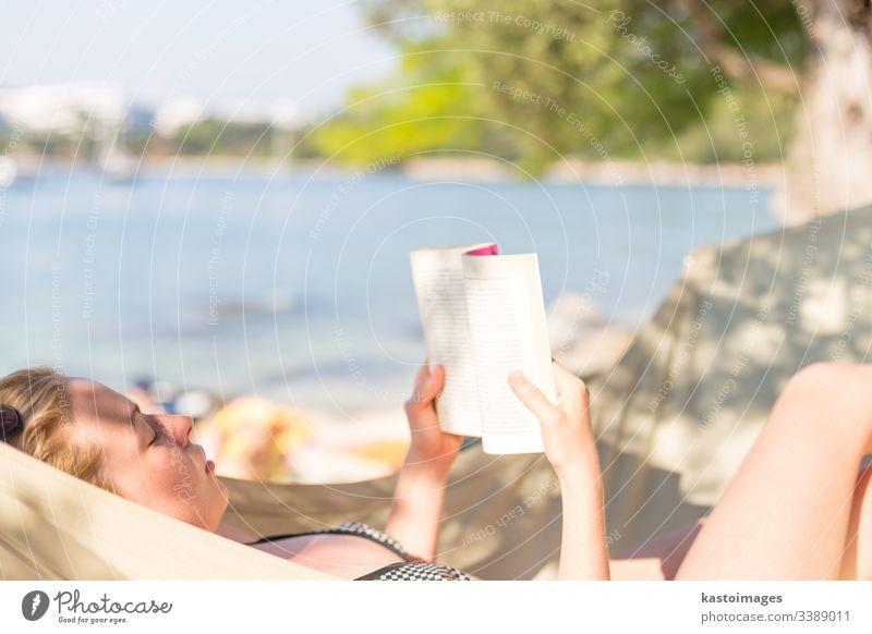 Frau liest Buch in Hängematte am Strand Urlaub Tag lesen sich[Akk] entspannen jung Roman Erholung ruhen Sommer Freizeit Lügen menschlich idyllisch Person Resort