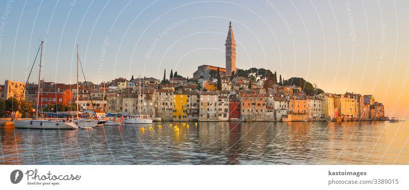 Farbenfroher Sonnenuntergang der Stadt Rovinj, kroatischer Fischereihafen an der Westküste der istrischen Halbinsel. Kroatien adriatisch MEER Europa reisen
