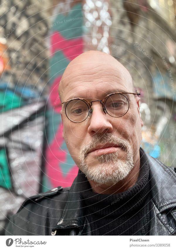 Denkender Mann Erwachsene maskulin Glatze Kopf Gesicht Blick in die Kamera Brille Bart