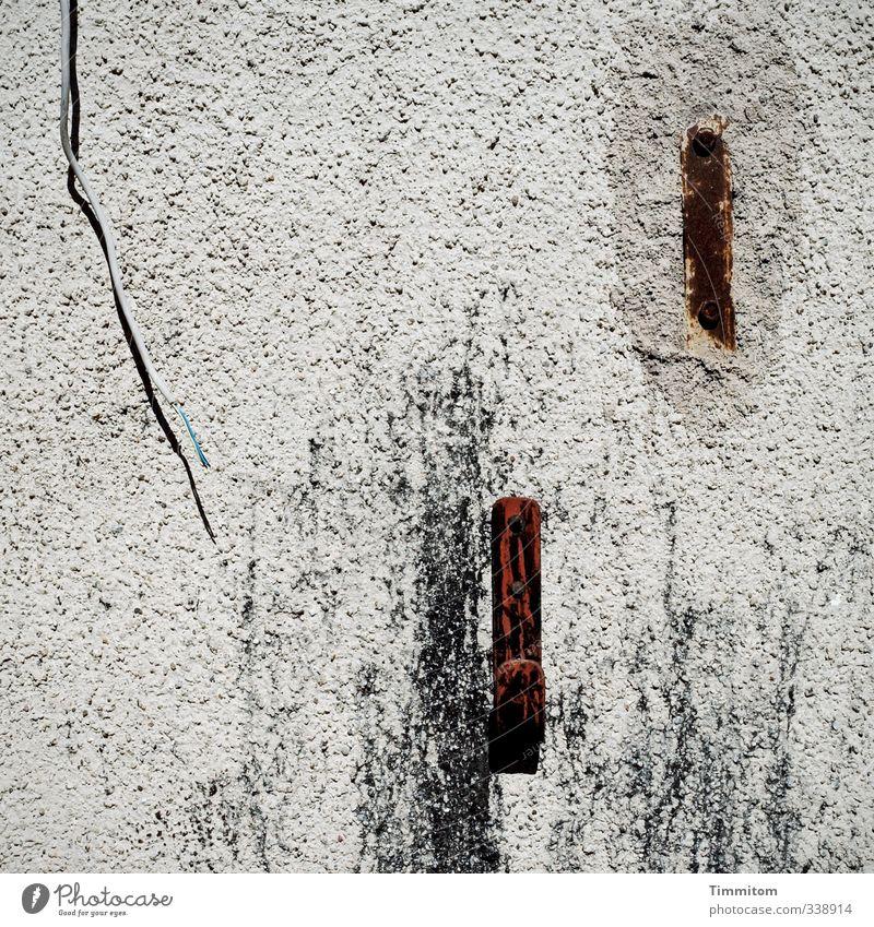 Wandschmuck. Wand Mauer grau Metall Kabel Kunststoff Spuren Rost Putz Haken