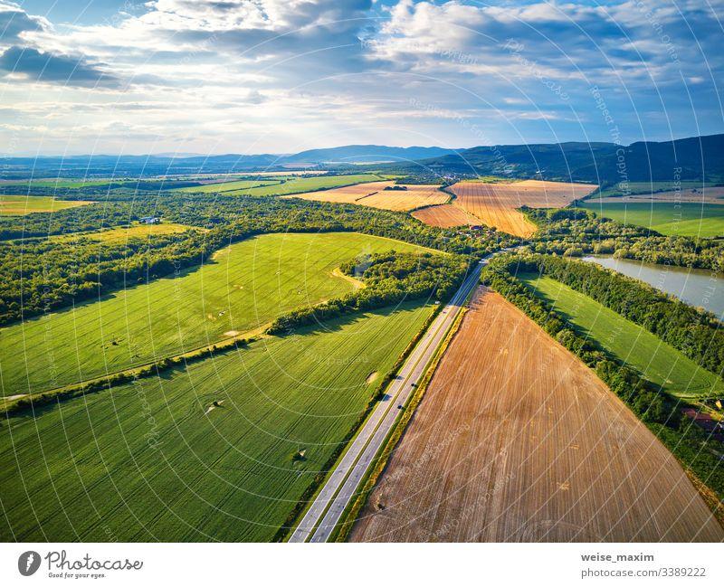 Sommerlandschaft mit Feldern, Wiesen, See und Bergen. Luftaufnahme Wasser Berge u. Gebirge Antenne Slowakische Republik Panorama alpin Tatra Park Hügel