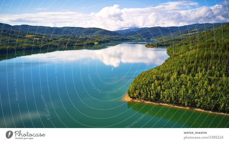 Spiegelung von Himmel, Wolken, Wald und Bergen im Wasser. Sommerlandschaft mit See und Bergwald Berge u. Gebirge Antenne Slowakische Republik