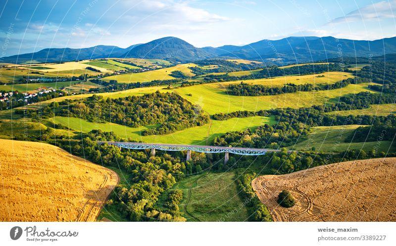 Luftaufnahme des Eisenbahnviadukts in der slowakischen Tatra aus der Vogelperspektive Brücke Berge u. Gebirge Sommer Antenne Konstruktion reisen Transport