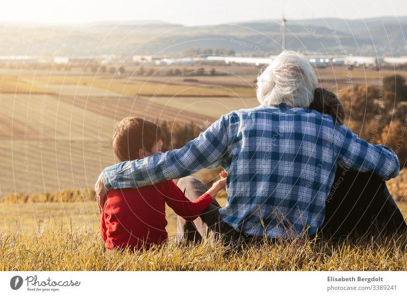 Kleiner Junge mit seinen Großeltern auf einem Asuflug in den Weinbergen Ausflug Bingen Oma Opa Enkel Liebe Zusammensein Generationen Sommer Großmutter Großvater