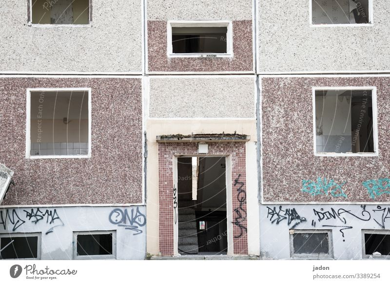 ausgedient. Hauseingang Plattenbau Architektur Fassade Gebäude Fenster DDR Beton Stadt Abriss Wohnung Häusliches Leben Wand Bauwerk Menschenleer Außenaufnahme