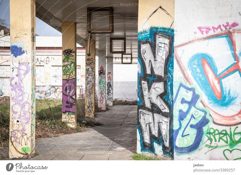 säulengang mit graffiti. Arkaden Säulengang Architektur Licht Schatten Bauwerk Menschenleer Farbfoto Tag Außenaufnahme Gebäude Kontrast alt Fassade Mauer