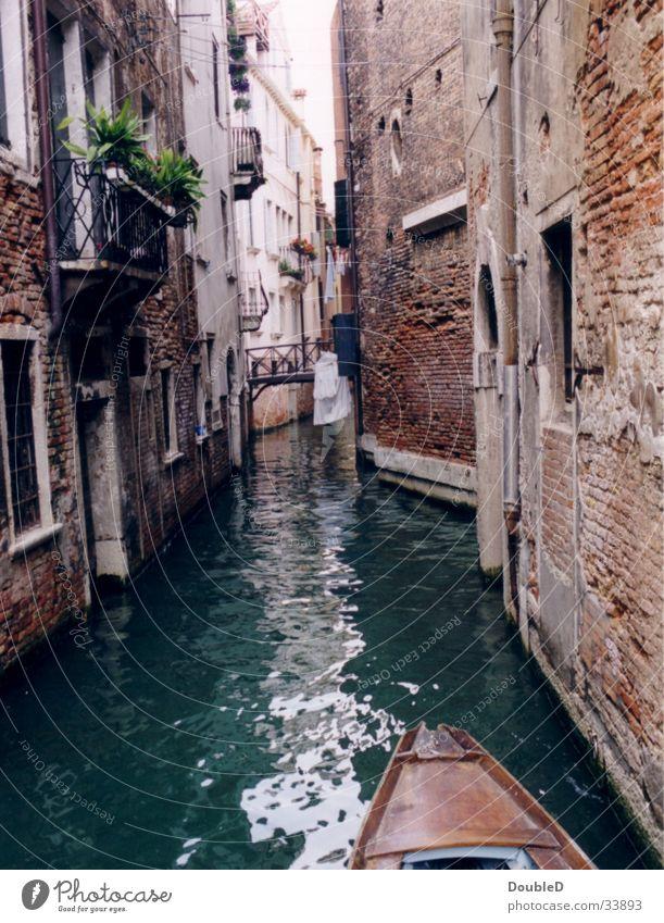 Gondel in Venedig Europa Bootsfahrt Gondel (Boot) eng Wasser Kanal historisch Historische Bauten alt Verfall Menschenleer Sightseeing Städtereise Romantik