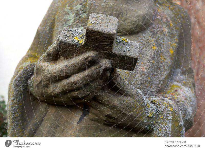 heilige Figur, Hände halten ein Kreuz, Detail steinfigur kruzifix steinskulptur kreuz hände christlich christentum religion detail Religion & Glaube