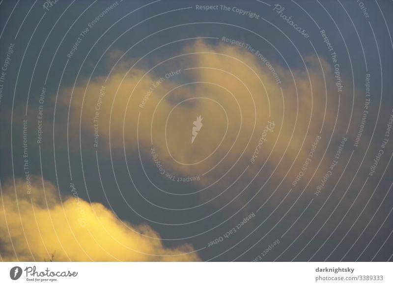 Individueller farbiger blauer und gelber Himmel mit Cumulus Wolken und einer dämmerigen Anmutung, expressionistische Farbgebung Luftraum Meteorologie Umwelt