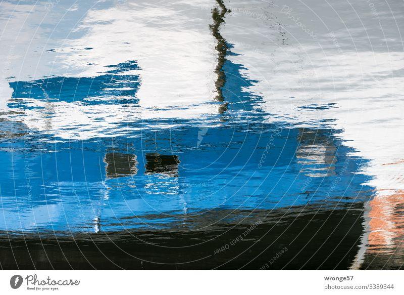 Spiegelung eines blauen Fischerbootes im Wasser Wasseroberfläche ,Spiegelung Spiegelbild Wellen Reflexion & Spiegelung Außenaufnahme Farbfoto Menschenleer