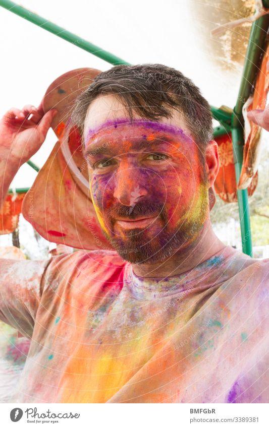 mann malt in holi festival männlich aufgeregt verrückt genießend Fest der Farben Männer Tourismus Konzept Fröhlichkeit Sommer heilig Spaß reisen Indien Menschen