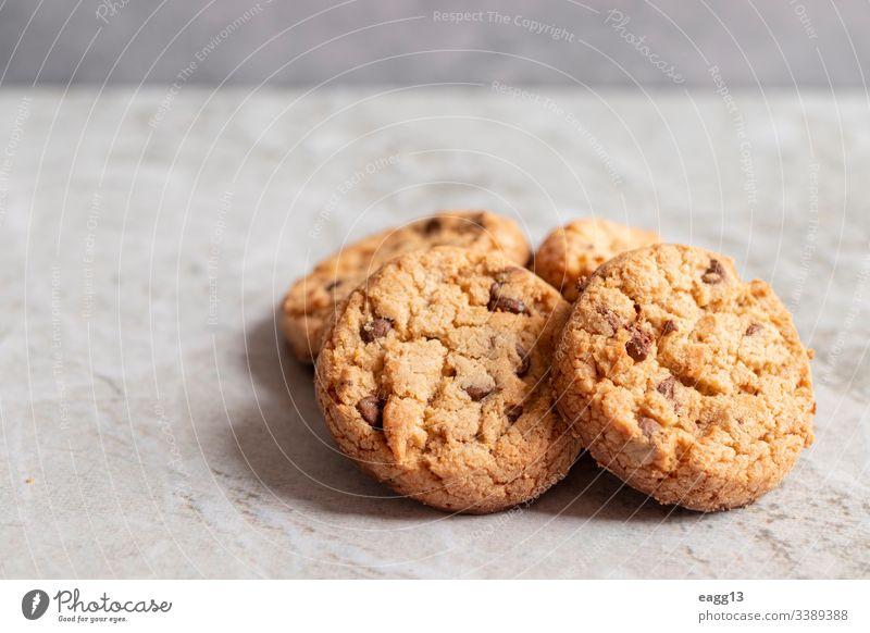 Frisch gebackene Kekse auf marmorierter Struktur appetitlich Bäckerei braun Kuchen Kalorien Chips Schokolade Nahaufnahme Komfort Koch Cookies Krümel