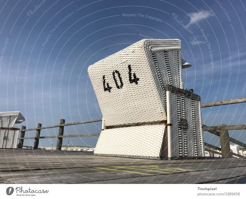 404 Strandkorb Weiß Blau Ferien& Urlaub Sommer Meer Reisen Nordsee Tourismus Webseite Error 404 Menschenleer Textfreiraum links Textfreiraum oben Außenaufnahme