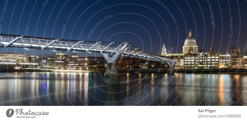 Lange Exposition der St. Paul's Cathedral und der Millennium Bridge bei Nacht antik anglikanisch Architektur britannien Briten Gebäude Kathedrale katholisch