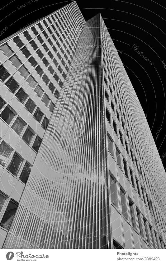 Hochhaus schwarz-weiß grau Architektur Gebäude Außenaufnahme Menschenleer Fassade Fenster modern Bauwerk Froschperspektive Weitwinkel Kontrast