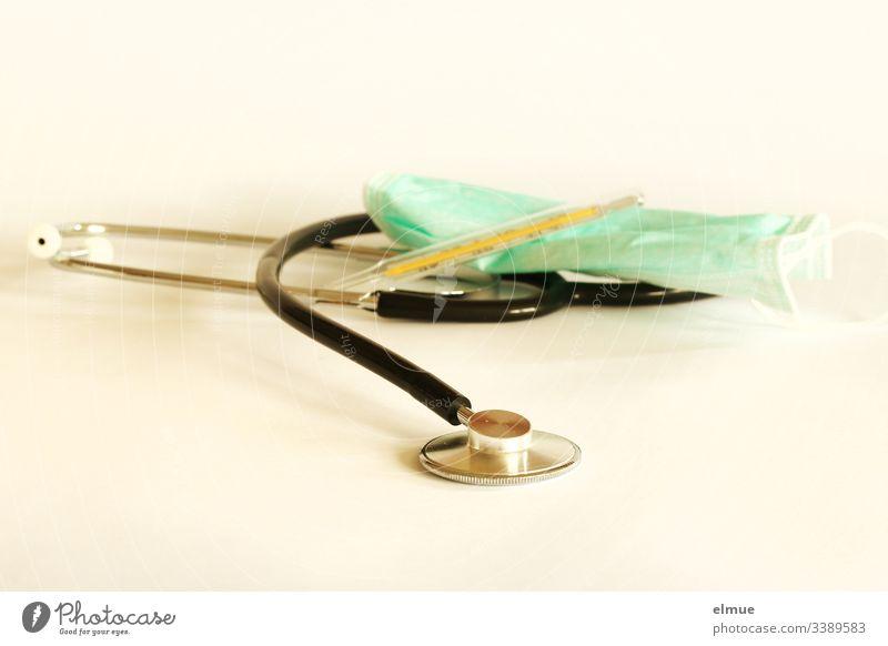 Stethoskop, Mundschutz und Fieberthermometer Coronavirus Schützen Schutz Ansteckungsgefahr Hilfsmittel Grippe Infektionsgefahr Influenza Covid-19 Maske