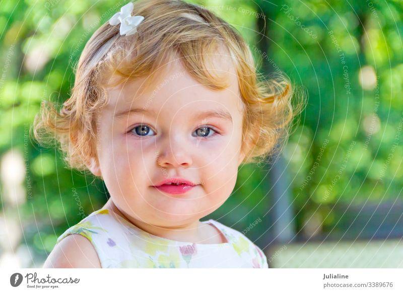 Süßer Säugling mit lockigem blonden Haar Baby neugeboren Kind saugen Brustwarze Mädchen eine zwei drei erste weiß Frau Europäer Kaukasier Kräusel Ringellocken