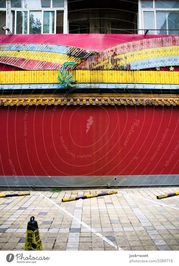 Freie Parkplätze vor einem undurchsichtigen Gebäude Strukturen & Formen authentisch Wand Stil Architektur Parkplatz Fassade verzierung Zahn der Zeit