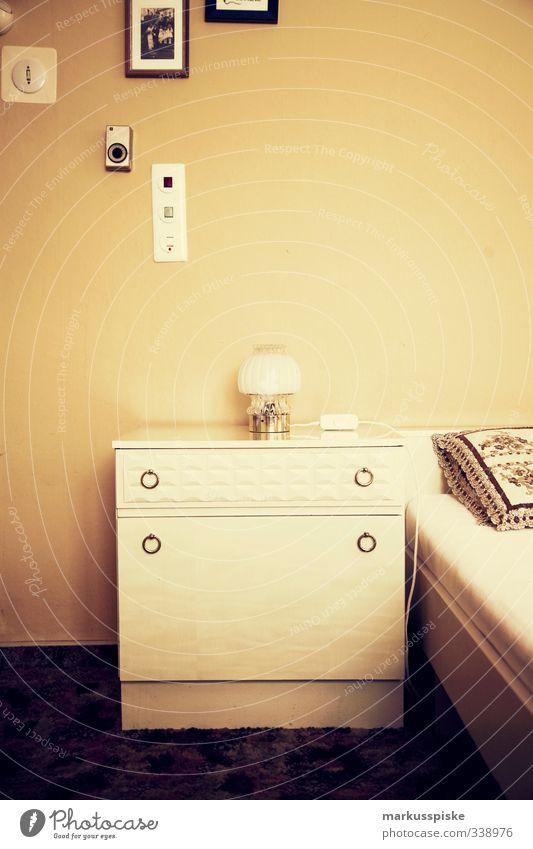 70iger Schlafzimmer Innenarchitektur Stil Lampe liegen Raum Wohnung Fotografie Lifestyle Design Häusliches Leben Dekoration & Verzierung Tisch schlafen retro Bett Kitsch