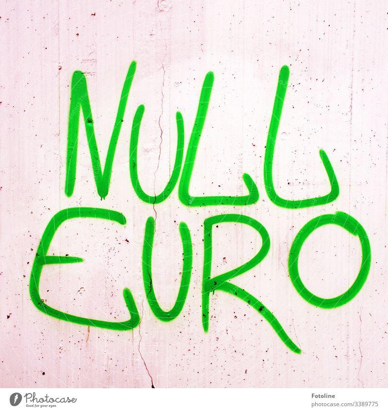 Null Euro Graffiti an der Mauer null Geld Farbfoto sparen money Schmiererei Schrift Schriftzeichen Buchstaben Farbe grün grau beschmiert sinnlos Fassade