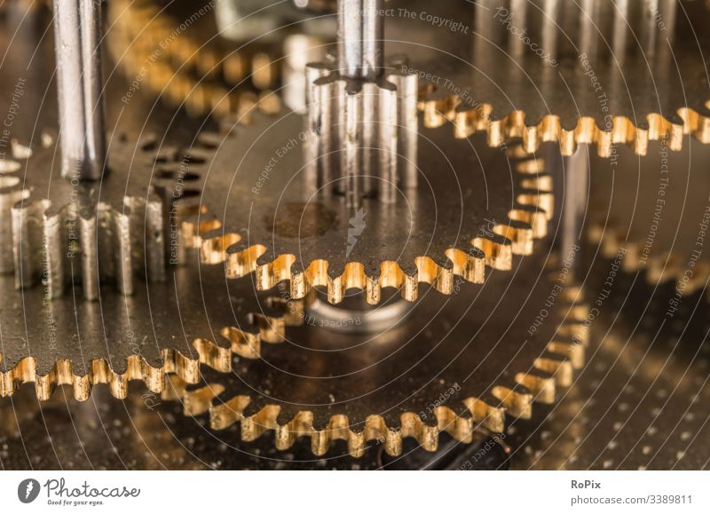 Detail eines feinmechanischen Getriebes. Feinmechanik Zahnrad Welle Nocken Nockenwelle Steuerung Mechanik Schrauben Feder Achse Maschine machine Mechanismus