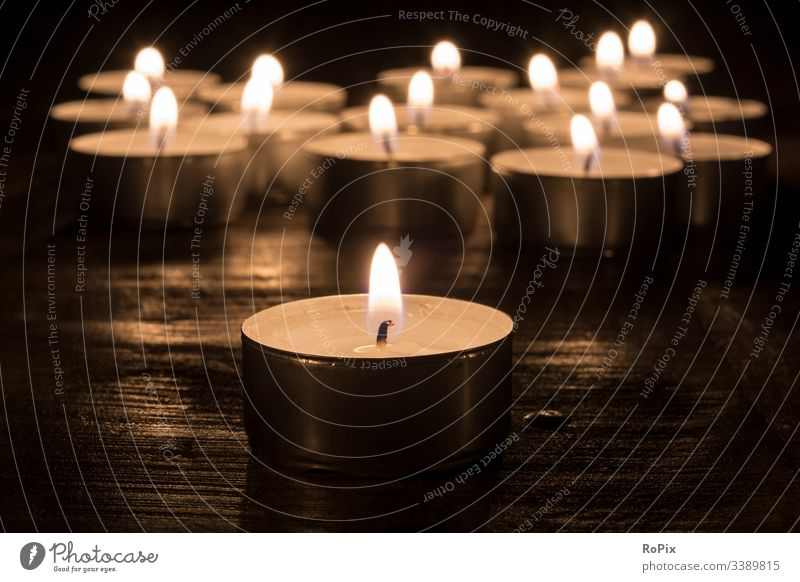 Brennende Kerzen in der Dunkelheit. Weihnachten cristmas kerzen teelicht feuer herz liebe love heart fest behaglichkeit nadeln zweige reisig glanz erleuchtung