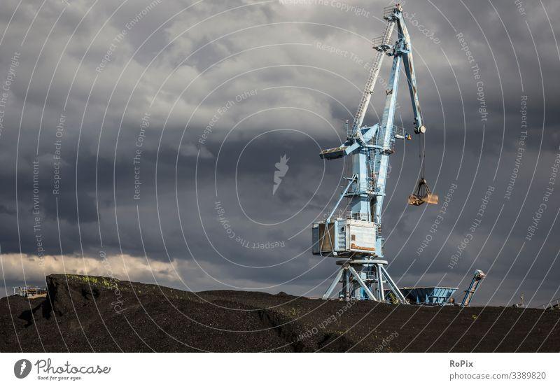 Historischer Hafenkran vor dramatischen Sturmwolken. Bagger Kran Pier lift Maschine Technik Mechanik machine Stahlbau Kohle Kohlekraftwerk Kohlehalde