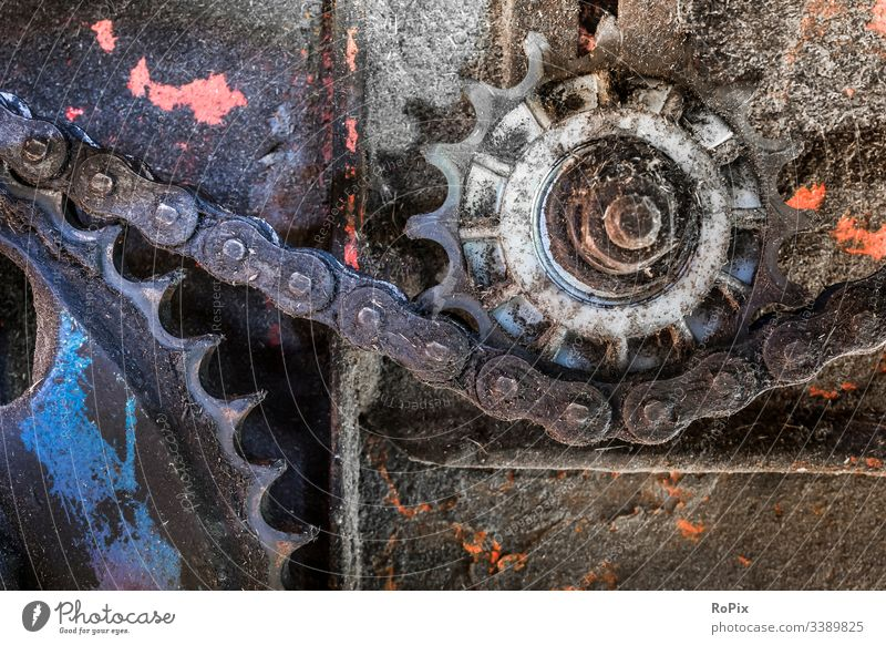 Kettenübertragung an einer landwirtschaftlichen Maschine. Fahrzeuge historisch kampfstark Kraft schrauben Fahrgestell Frühling mechanisch robust bügeln Stahl