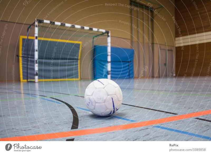 Handball-Spielpause. Reifen Sport Netz Tor Fitnessstudio Ball Sporthalle spielen blau Team Streichholz Gericht Erholung Melone Pause Spielplatz Konkurrenz