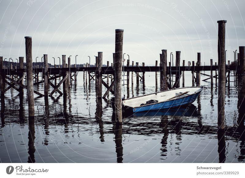 Boot am Kai Steg See Bodensee reichenau angelegte Wasser Wasserfahrzeug Pfosten Spiegelung Spiegelung im Wasser blau Reflexion & Spiegelung ruhig Außenaufnahme